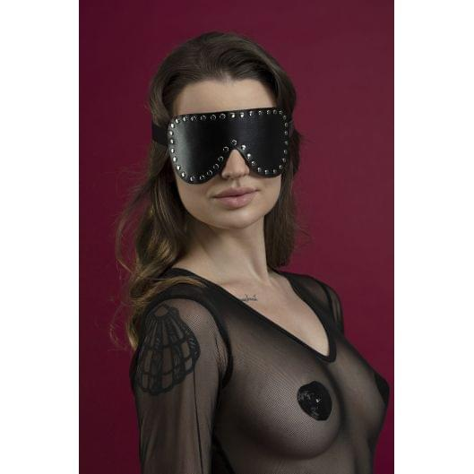 Маска на глаза с заклепками Feral Feelings - Blindfold Mask, натуральная кожа, черная (29646-29)