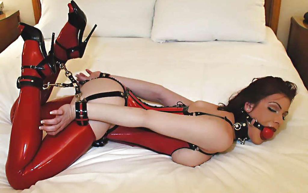 Использование комплекта наручников БДСМ и кляпа во время съемок порно-фильма
